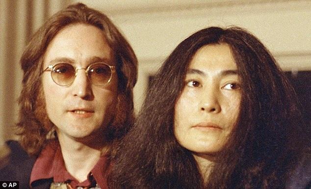 John Lennon mới chỉ 40 tuổi khi bị Chapman sát hại bằng súng.