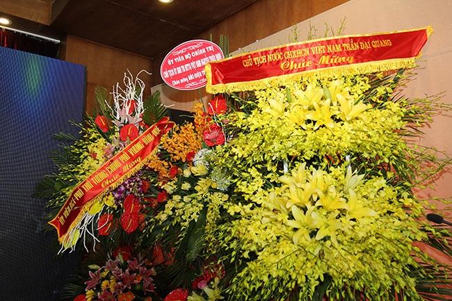 Lẵng hoa chúc mừng 10 năm báo điện tử Tổ quốc của Chủ tịch nước Trần Đại Quang, Chủ tịch UBTƯ MTTQVN Nguyễn Thiện Nhân, Phó Thủ tướng Vương Đình Huệ.
