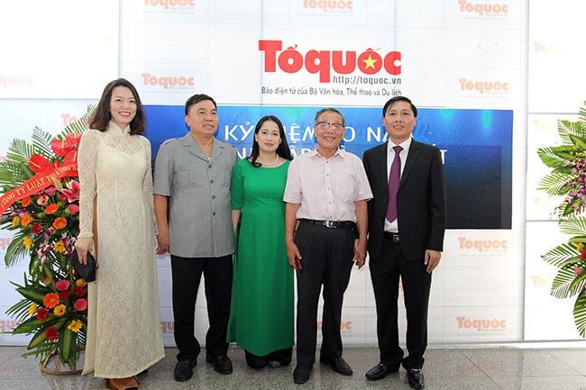 Ông Đỗ Quý Doãn, nguyên Thứ trưởng Bộ Thông tin và Truyền thông (thứ hai từ trái sang) đến chúc mừng và chụp ảnh lưu niệm cùng lãnh đạo báo điện tử Tổ quốc
