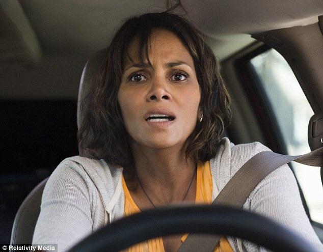 """Halle Berry, 50 tuổi, vào vai người mẹ có con trai bị bắt cóc trong bộ phim """"Kidnap"""". Trailer mới tung ra của phim khiến người hâm mộ ấn tượng với sự tái xuất đầy mạnh mẽ của Halle Berry."""