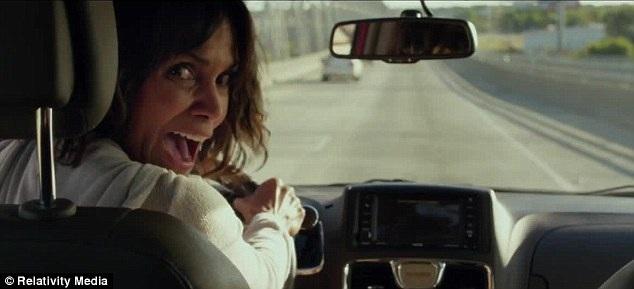 Halle Berry có một cảnh lái xe lùi ngoạn mục để chạy đuổi theo chiếc xe của kẻ bắt cóc.