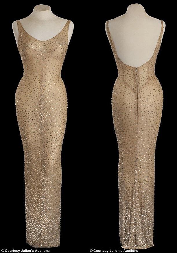 Chiếc váy có gắn hơn 2.500 viên đá và được thiết kế dành riêng cho Marilyn Monroe.