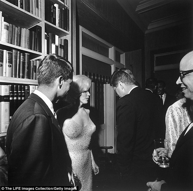 """Nữ diễn viên """"biểu tượng sex"""" trò chuyện ở trong hậu trường với ngài Tổng thống Mỹ John F. Kennedy (phải) và em trai của ông - Robert Kennedy (trái) sau màn biểu diễn trứ danh trên sân khấu hồi tháng 5/1962. Không ai có thể ngờ rằng, chưa đầy 3 tháng sau, Marilyn qua đời."""