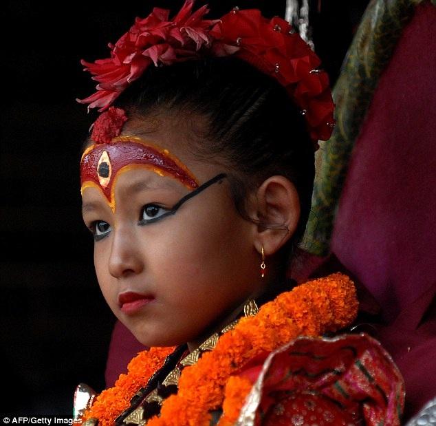 """Cô bé Yunika hiện tại đang là nữ thần Kumari của thành phố Patan, Nepal. Sau khi Yunika đảm nhận trọng trách lớn lao, cha mẹ của em đã gác bỏ mọi công việc để luôn luôn ở bên con mọi lúc, mọi nơi, phục vụ cho """"nữ thần nhỏ""""."""