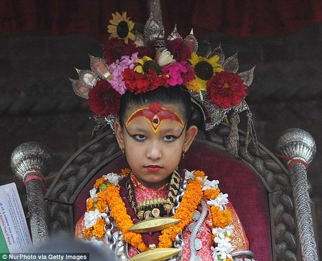 Nữ thần Kumari hiếm khi xuất hiện trước công chúng, các nữ thần phải sống cuộc sống rất kín đáo, lặng lẽ, khác hẳn với cuộc sống thường thấy của những trẻ nhỏ bình thường. Mỗi khi diễn ra lễ hội tôn giáo, nữ thần mới xuất hiện.