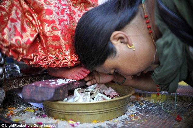 Một tín đồ đang hành lễ trước nữ thần Kumari.
