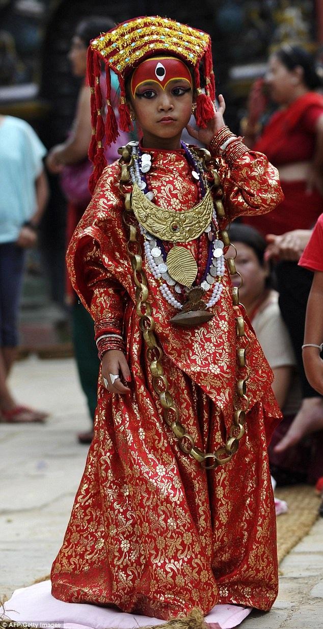 Mỗi vùng miền ở Nepal lại có một nữ thần Kumari của riêng mình. Cô bé Yunika là nữ thần Kumari của thành phố Patan, trong bức hình này là nữ thần Kumari của thành phố Kathmandu.