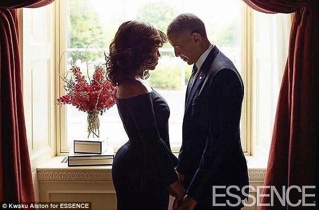 Một bức ảnh lãng mạn xuất hiện bên trong ấn bản đặc biệt, ghi lại hình ảnh ông Barack Obama và phu nhân Michelle nắm tay, nhìn sâu vào mắt nhau.