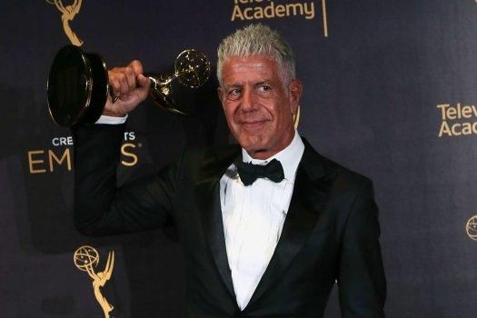 Ẩm thực gia Anthony Bourdain giơ cao tượng vàng Emmy danh giá