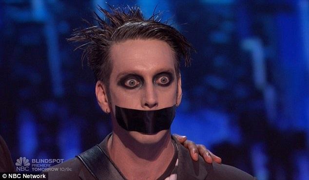 """Nghệ sĩ hài kịch câm Tape Face tiếp tục khiến giám khảo và khán giả """"hoang mang"""" với phần thi tài năng của mình trong đêm chung kết."""