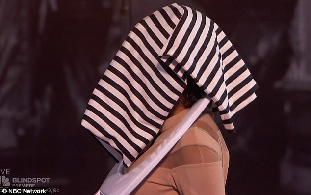 """""""Hóa trang kinh dị"""" của giám khảo Mel B trên khấu, qua bàn tay Tape Face."""