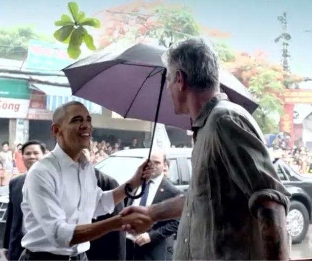 Hé lộ những cảnh quay đầu tiên của ông Obama trong quán bún chả - 2