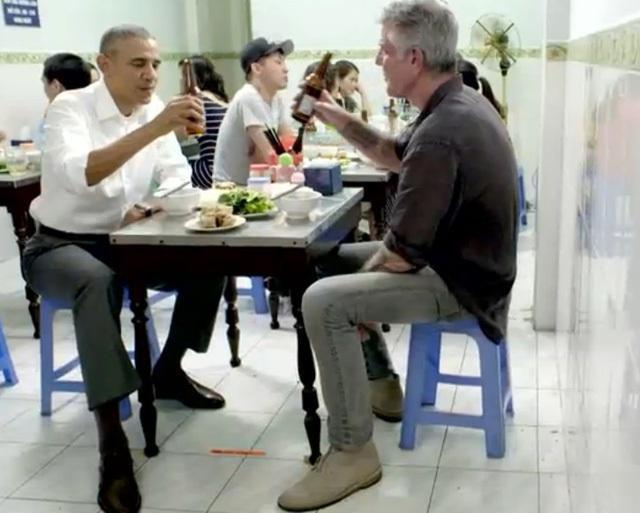 Hé lộ những cảnh quay đầu tiên của ông Obama trong quán bún chả - 3