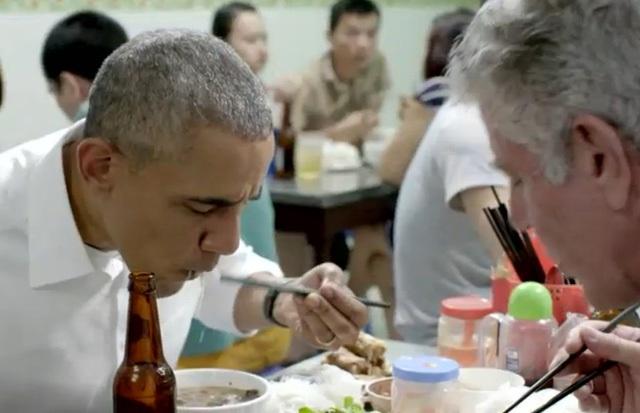 Hé lộ những cảnh quay đầu tiên của ông Obama trong quán bún chả - 5