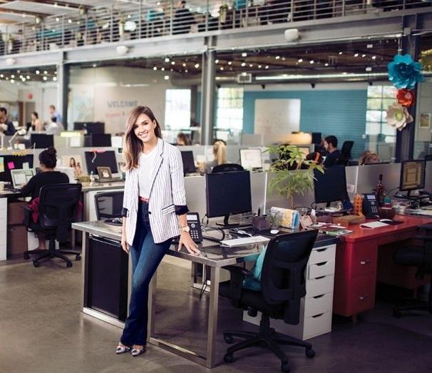 Jessica Alba tại văn phòng công ty