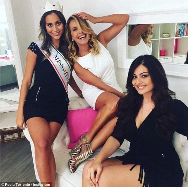 Mẹ của Á hậu 2 thậm chí còn công khai đưa ra ý kiến rằng Paola đáng lẽ nên tham gia cuộc thi Hoa hậu dành cho người quá khổ thay vì tham gia vào cuộc thi Hoa hậu Ý. Trong ảnh: Paola - váy đen, bên phải và tân Hoa hậu Ý - váy đen, đội vương miện.
