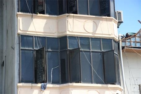Kính tầng 3 và 4 bị vỡ vương vãi xuống đường