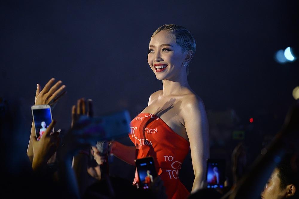 Tóc Tiên biểu diễn bốc lửa tại đêm diễn nên dường như chiếm cả sân khấu cho riêng mình