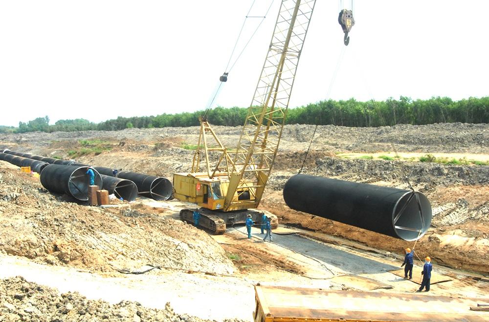 Một đoạn đường ống nước đang được lắp đặt