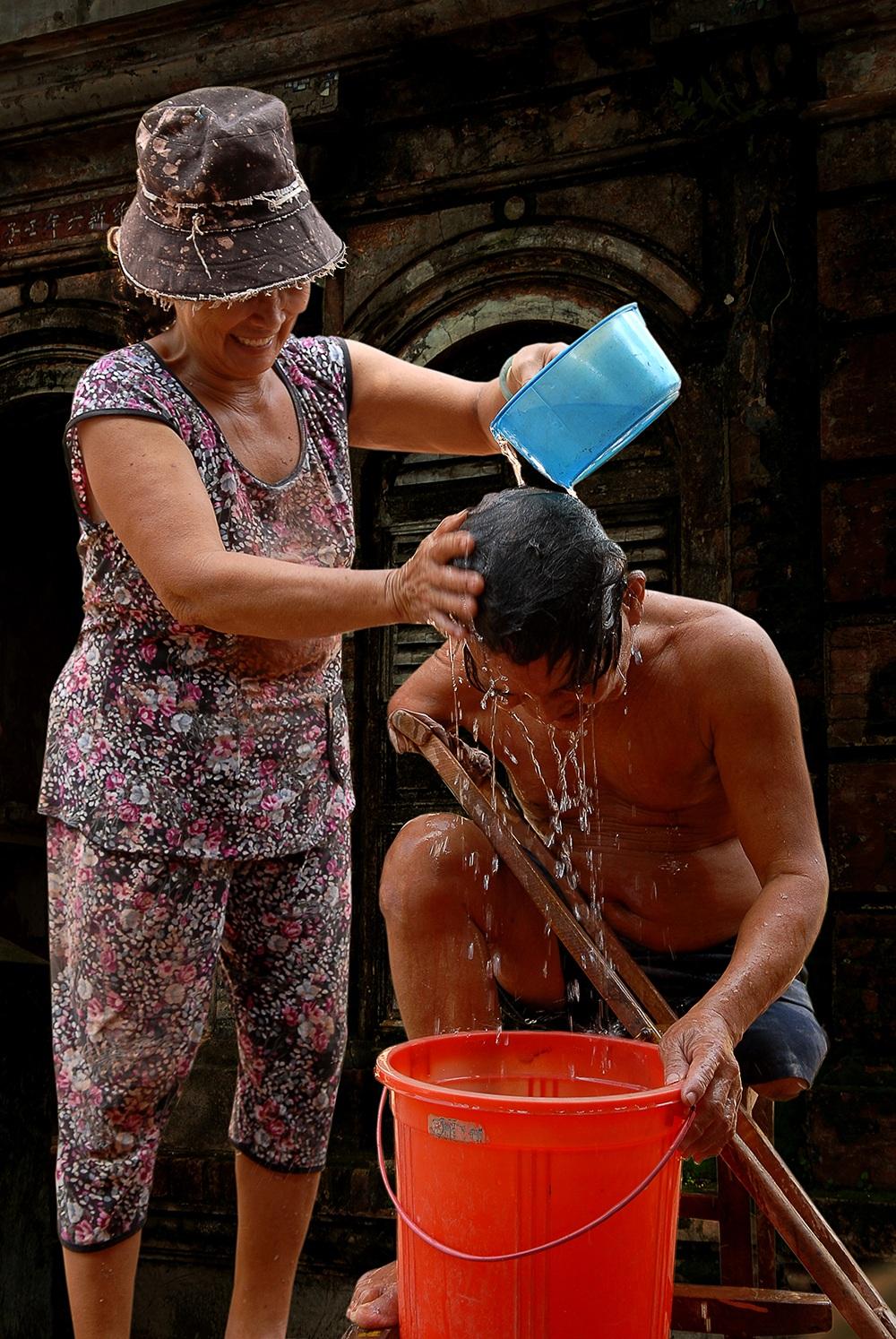 Giải Khuyến khích: Giúp đỡ bạn đời - Nguyễn Văn Tuấn (Bình Dương)