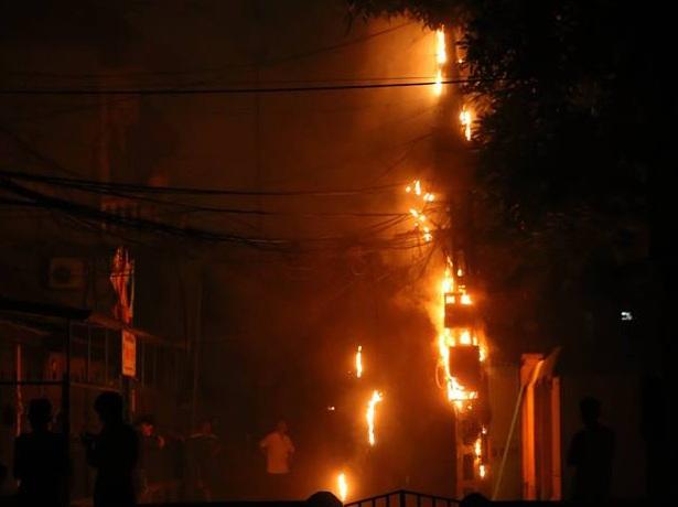 Hiện trường vụ cháy khiến cả khu dân cư kinh hãi.