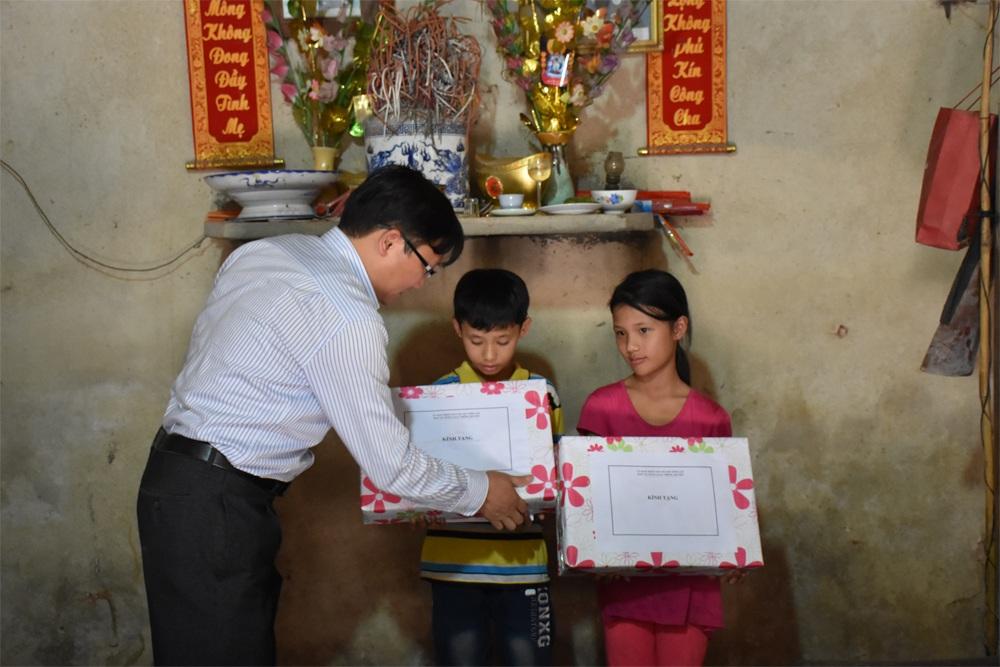 Đại diện huyện Sông Lô trao tặng quà cho 2 cháu bé mồ côi cha mẹ trên địa bàn xã Tân Lập