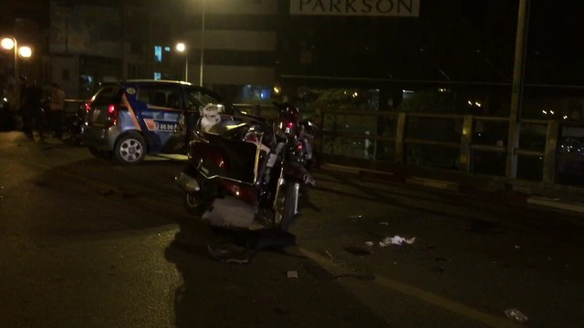 Hiện trường vụ tai nạn trên cầu vượt tối qua (8/11) khiến 1 người chết, 6 người bị thương (chưa kể tài xế taxi).