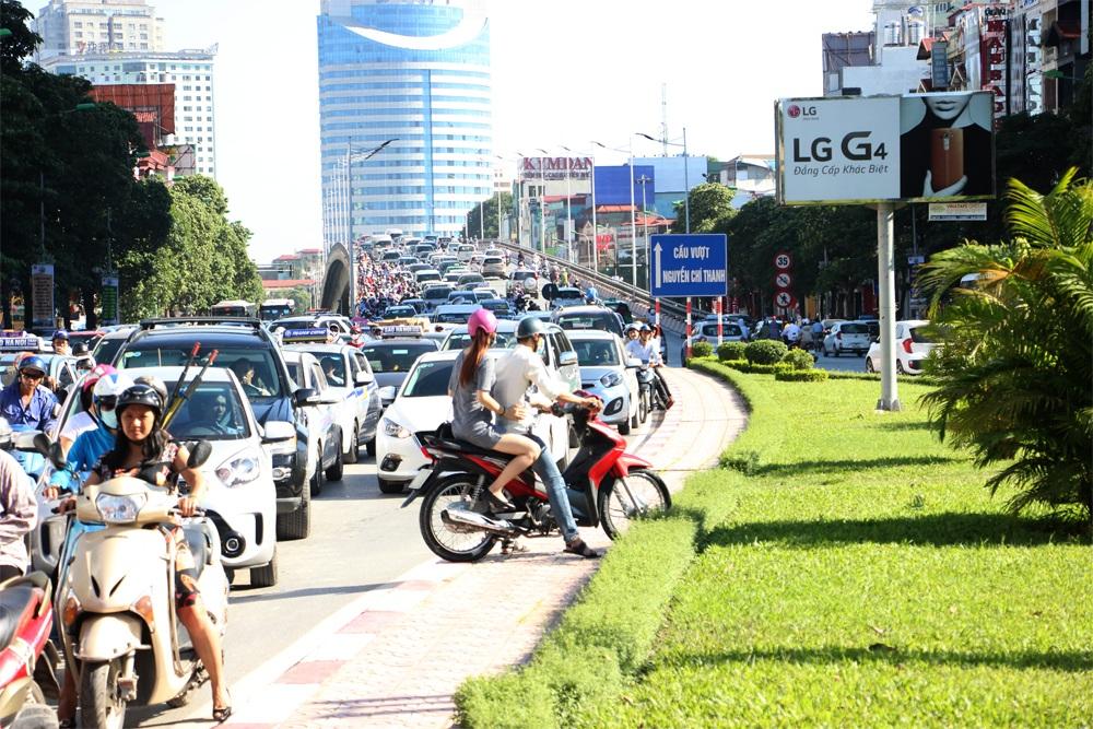 Nhiều phương tiện xe máy tìm cách quay lại...