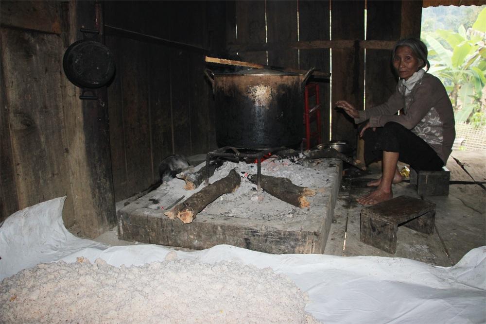 Người phụ nữ này cho biết, cứ 10 ngày là lại nấu 1 nồi rượu to như vậy. Gạo nấu rượu cũng rất tốn kém, có khi dùng cả gạo trợ cấp của Nhà nước để nấu rượu.