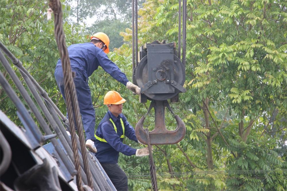 Vụ tai nạn đường sắt ở Hà Nội: Giải cứu đầu tàu, thông đường sắt - 12