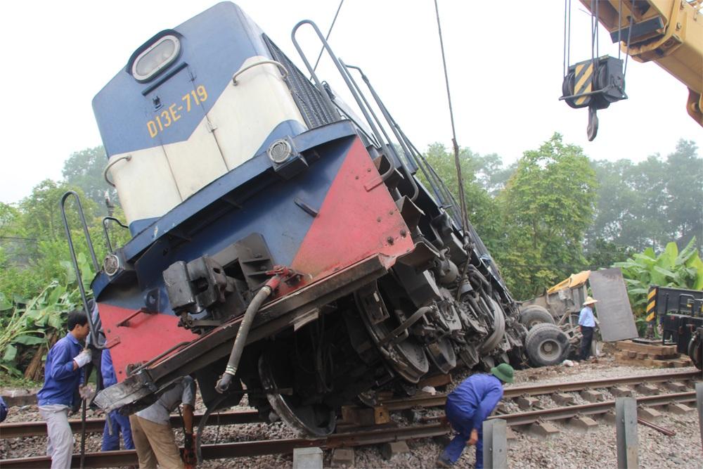 Kiểm tra đường ray phía dưới đầu máy tàu hỏa