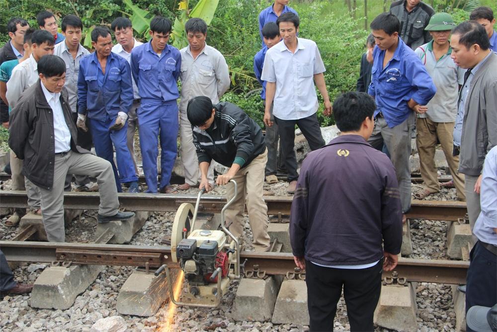 Vụ tai nạn đường sắt ở Hà Nội: Giải cứu đầu tàu, thông đường sắt - 9