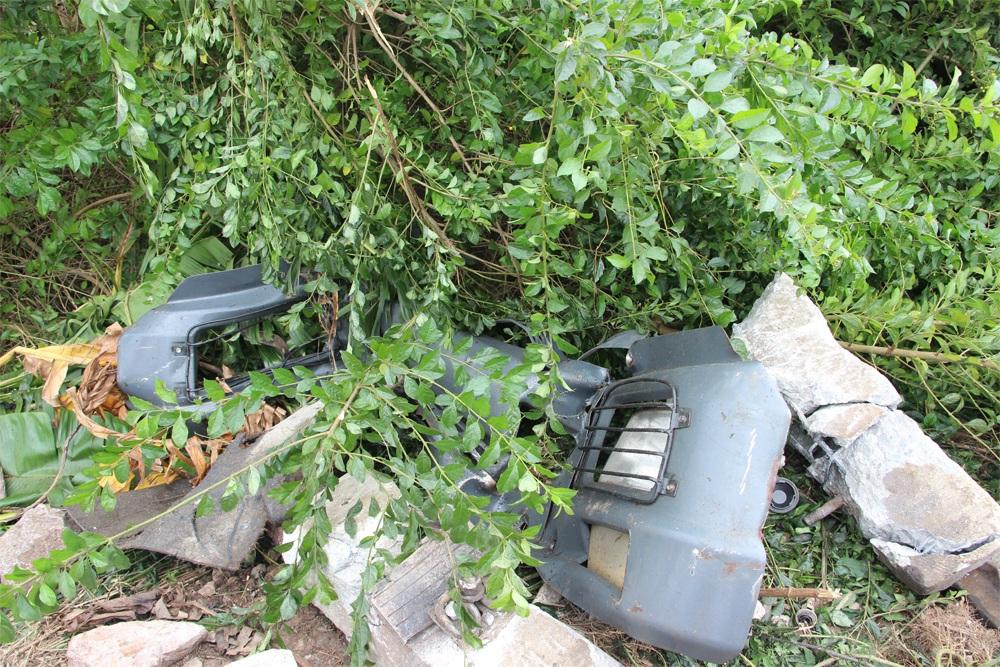 Nhiều mảnh vụn của xe tải vương vãi.