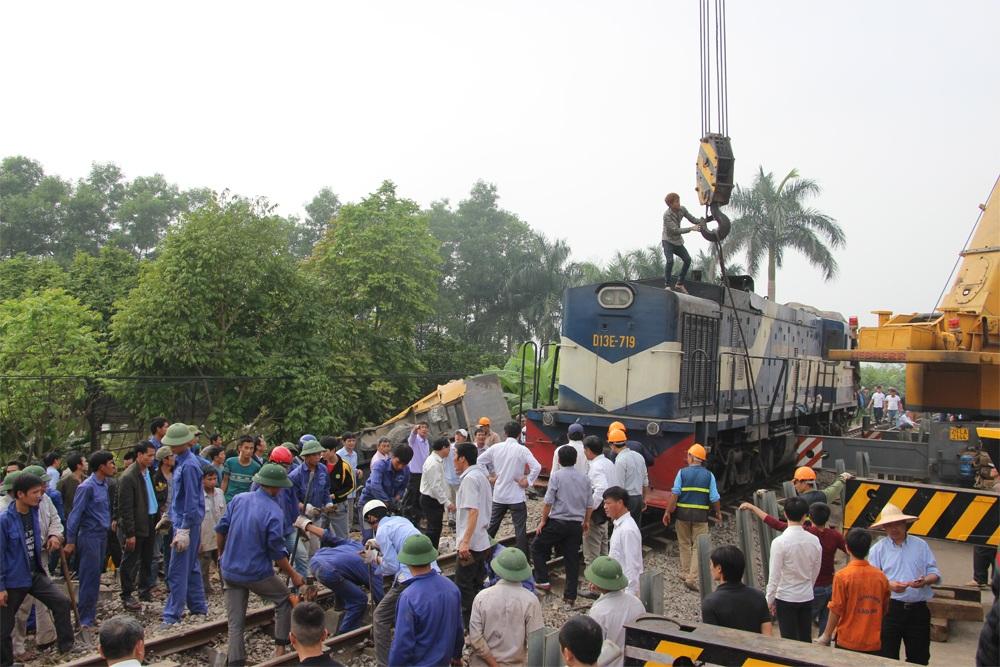 Đầu máy tàu hỏa được đưa lên đường ray lúc 14h15