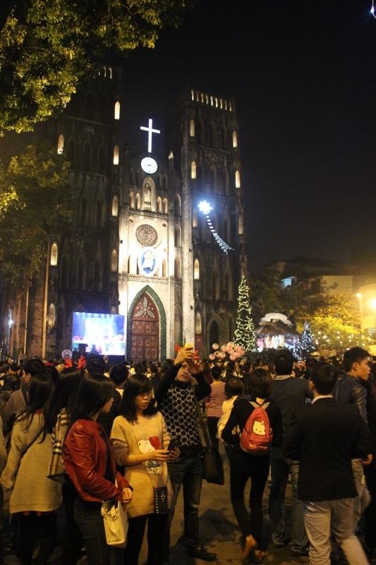 Hàng nghìn người tập trung trước cửa Nhà thờ Lớn