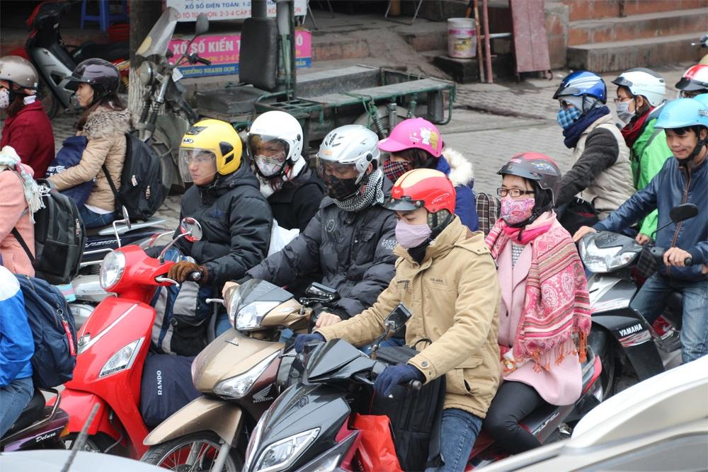 Người dân đổ về quê nghỉ Tết, bến xe nêm người, đường Hà Nội tắc dài - 12