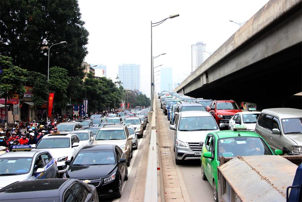 Người dân đổ về quê nghỉ Tết, bến xe nêm người, đường Hà Nội tắc dài - 10