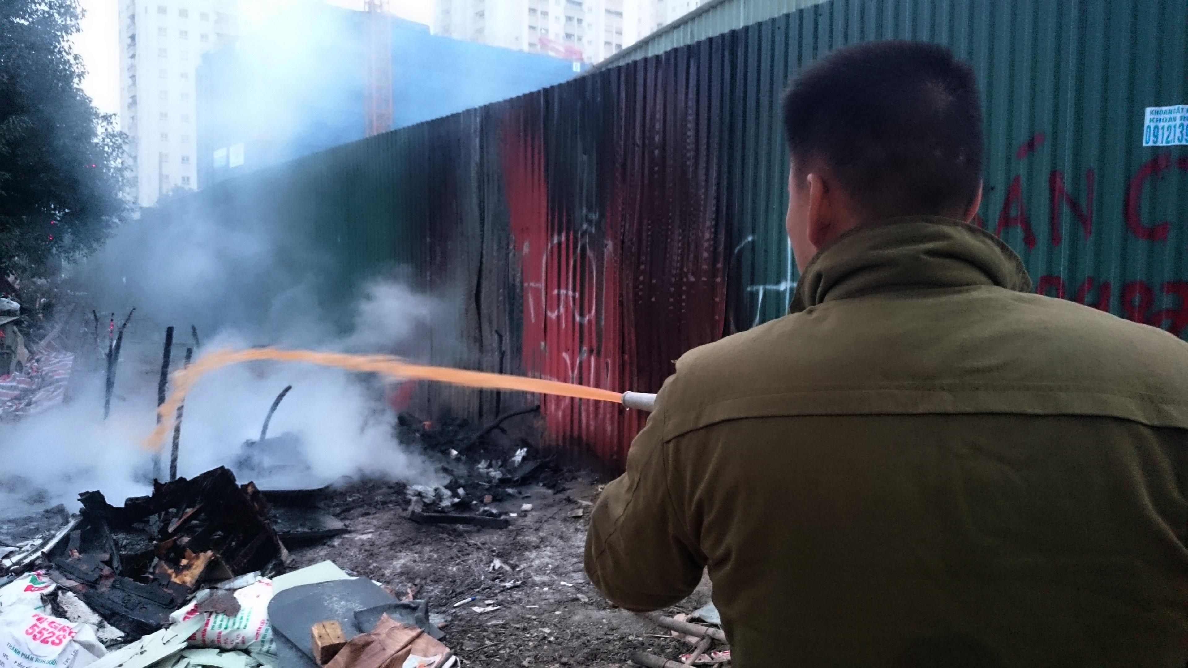 Hà Nội: Cháy lớn cạnh siêu thị Big C, nhân viên cuống cuồng dập lửa - 5