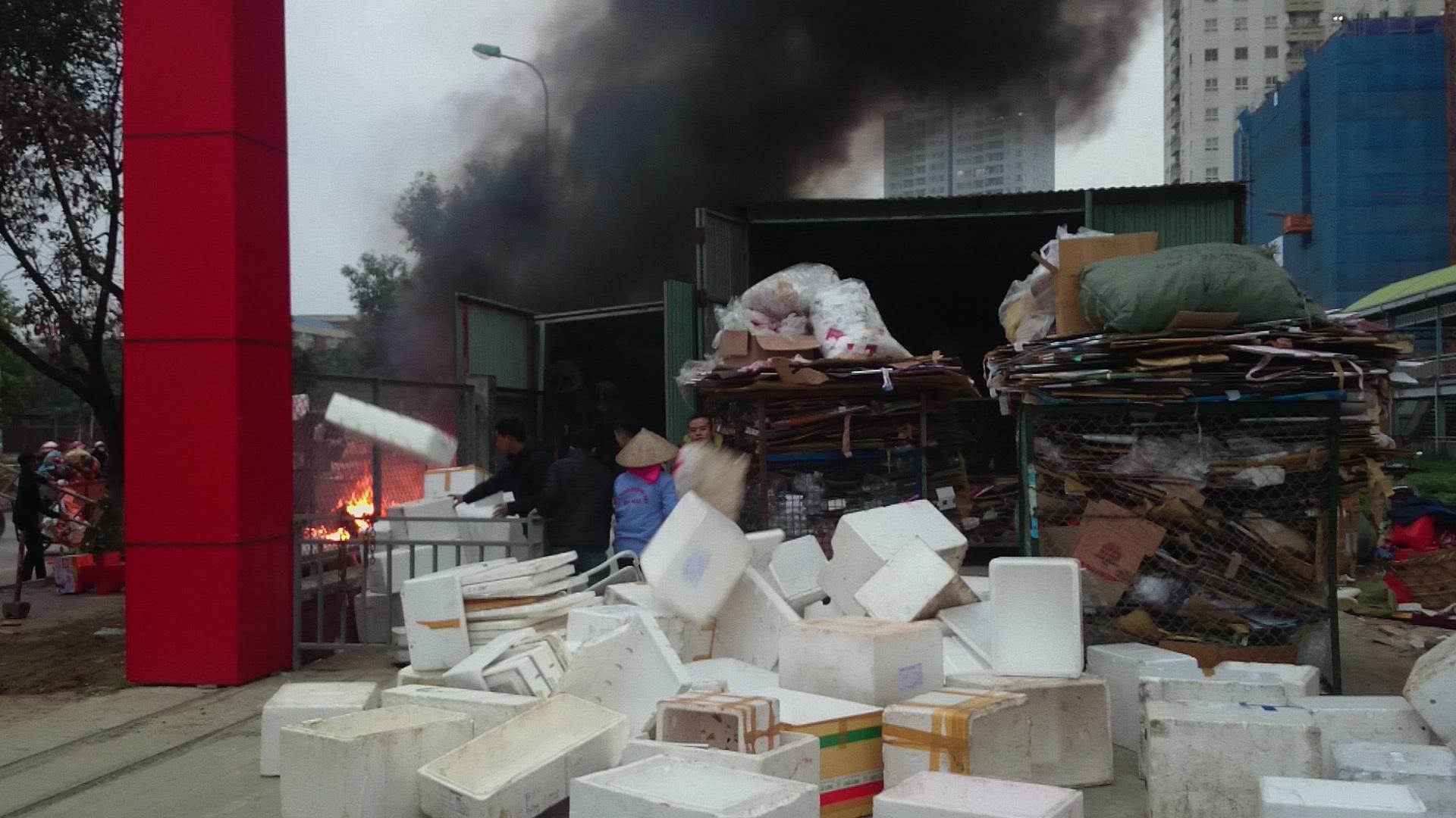 Nhanh chóng sơ tán đồ đạc tại kho chứa ra xa ngọn lửa