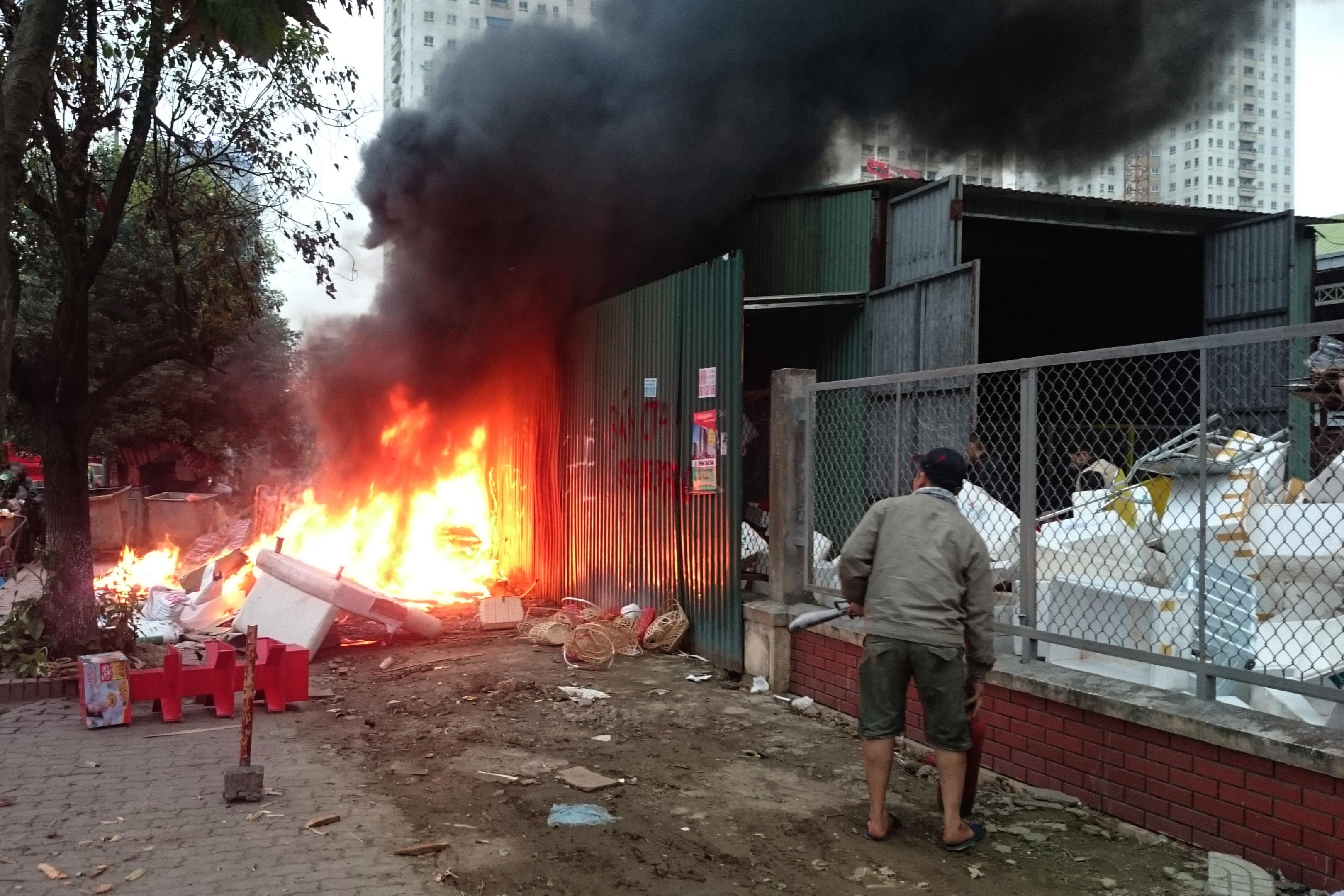 Đám cháy bùng phát dữ dôi ngay sát vách kho chứa đồ của siêu thị Big C Thăng Long