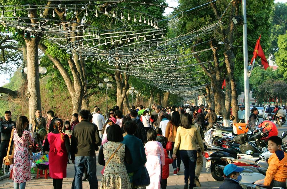 Hồ Hoàn Kiếm nhộn nhịp chiều cuối năm - 1