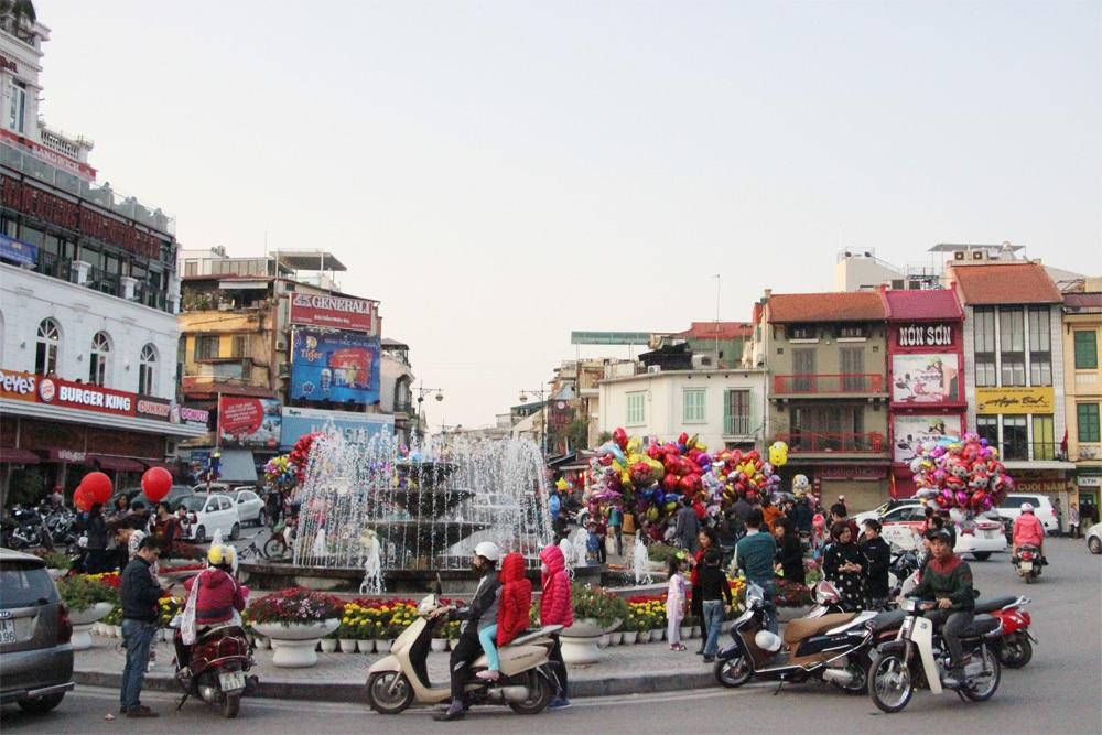 Quảng trường Đông Kinh Nghĩa Thục tập nập hơn ngày thường