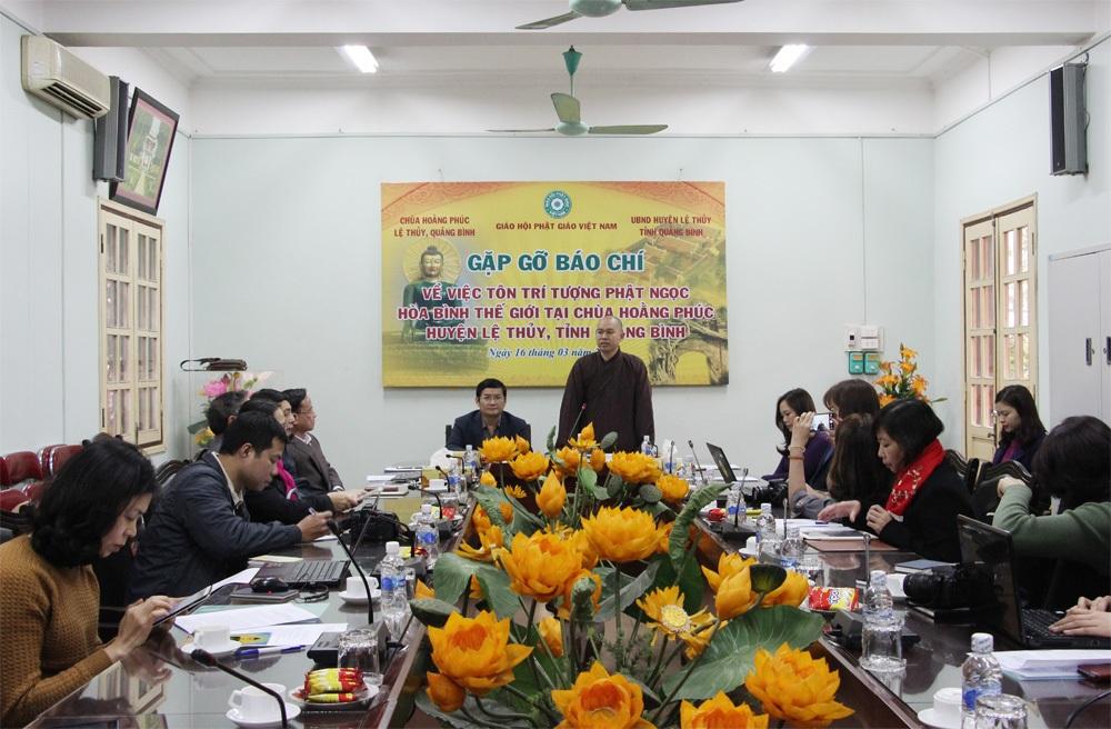 Quang cảnh buổi gặp gỡ báo chí về việc tôn trí (trưng bày) Phật Ngọc hòa bình thế giới tại Chùa Hoằng Phúc (Lệ Thủy, Quảng Bình)
