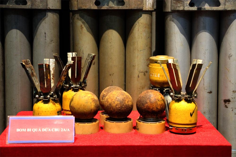 Nếu không có chuyên môn, người dân thường rất khó biết đây là những bom bi quả dứa CBU 2A/A (ảnh: Nguyễn Dương)