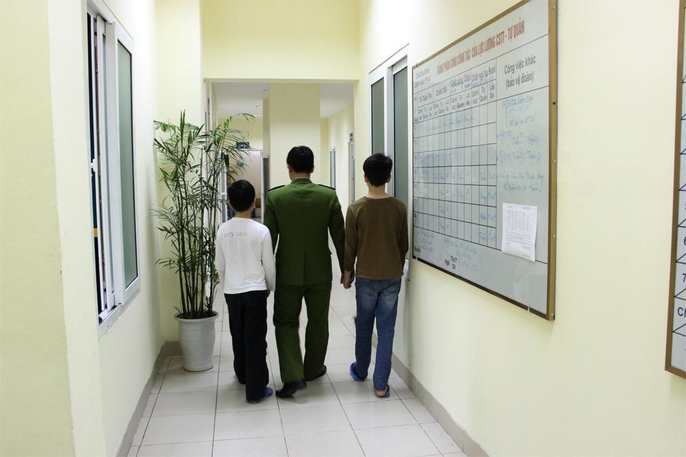 Công an phường Vĩnh Phúc đã tìm được và đưa 2 con trai của chị Quý về trụ sở để giải quyết