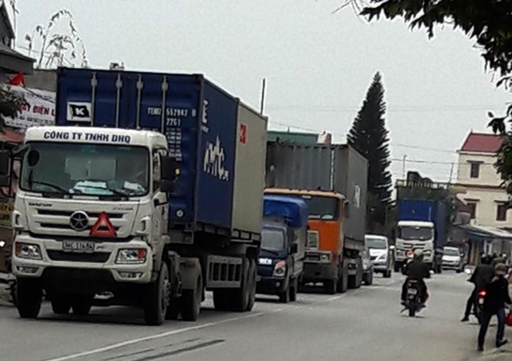 Lượng xe container, xe tải hạng nặng gia tăng đột biến trên tuyến đường tỉnh 391, nguyên nhân là do các phương tiện này tránh trạm thu phí trên QL5 và cao tốc Hà Nội - Hải Phòng.