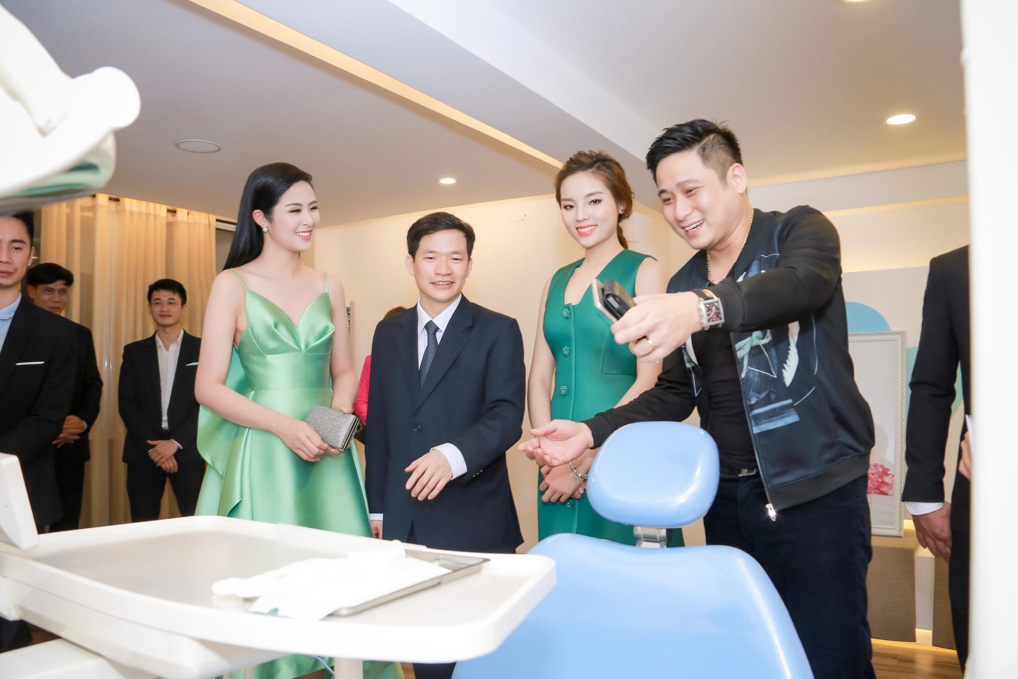 Tiến sĩ, Bác sĩ Nguyễn Phú Hòa dẫn khách mời tham quan cơ sở vật chất tại Nha Khoa Quốc Tế Việt Đức (cơ sở 2 tại số 484, Trần Khát Chân, Hai Bà Trưng, Hà Nội)
