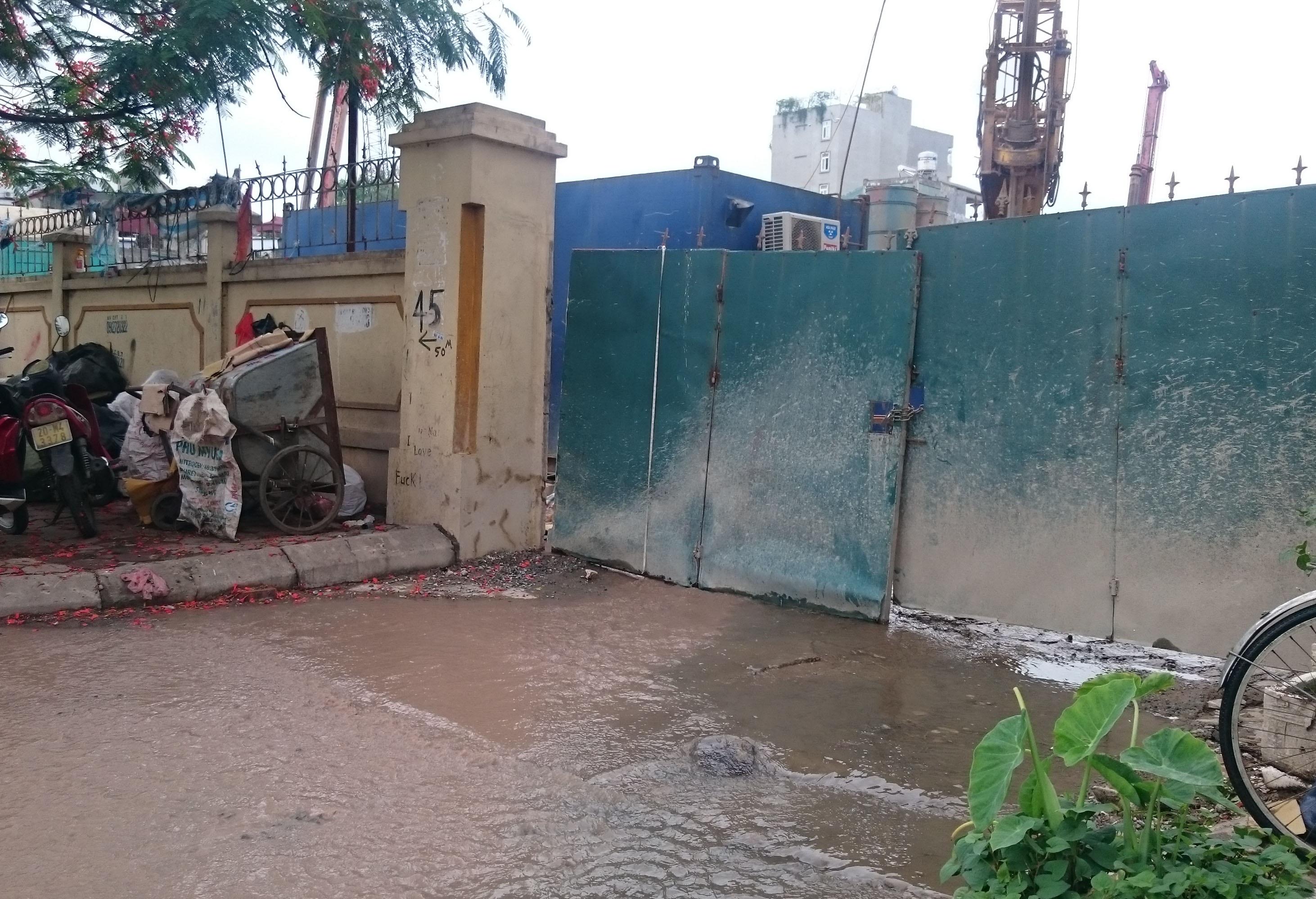 Công trình xây dựng này đã tạm dừng thì công và đang khẩn trương tiến hành làm gấp đường cồng thoát nước thải cho các hộ dân tại ngách 16/29.