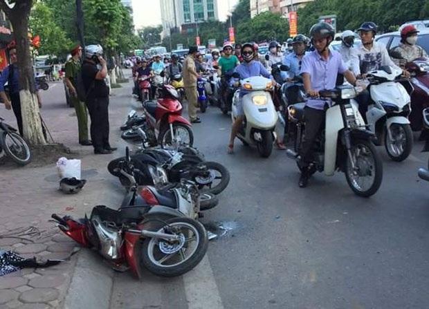 Vụ tai nạn xảy ra vào giờ cao điểm nên các phương tiện di chuyển trên phố Xã Đàn thời điểm đó khá khó khăn