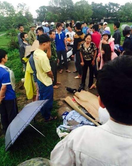 Hiện trường 1 nam thanh niên bị sét đánh chết vào khoảng 6h30 sáng nay, 22/4/2016, tại khu vực gần cổng Khu công nghiệp Nội Bài (xã Quang Tiến, Sóc Sơn, Hà Nội) (ảnh: CTV cung cấp)